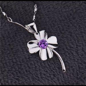 ⭐️NEW⭐️Elegant Necklace w/Gorgeous Clover Pendant
